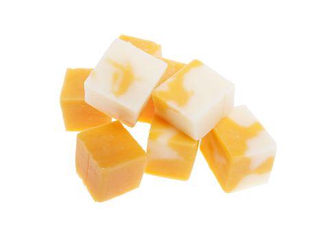 大理石チェダー チーズの白い背景で隔離のキューブ