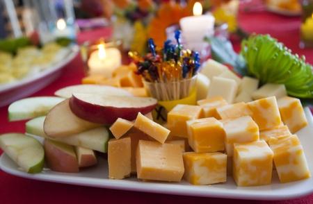 장식 꽃과 촛불 플래터에 치즈와 슬라이스 사과 스톡 콘텐츠