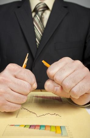 ビジネス男性金融に怒っている失う改半分に鉛筆