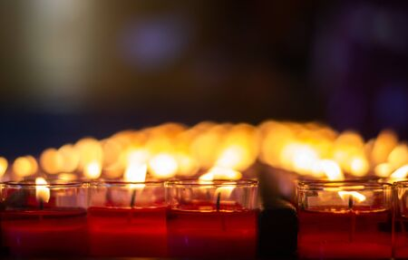 Red candles To pray for blessings for the good things in life. A belief since ancient times believed that it would make life brighter. See the light of life
