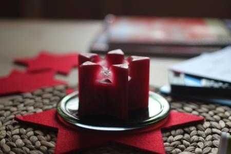 weihnachten: candle christmas at home kerze weihnachten zu hause auf dem tisch