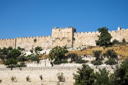Vestingmuren van het oude Jeruzalem en de gouden poort (Israël, Jeruzalem) Redactioneel