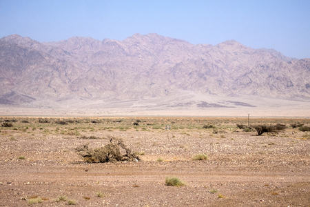 Vallei van de Arava-woestijn tegen de achtergrond van het Edom-gebergte (Israël) Stockfoto