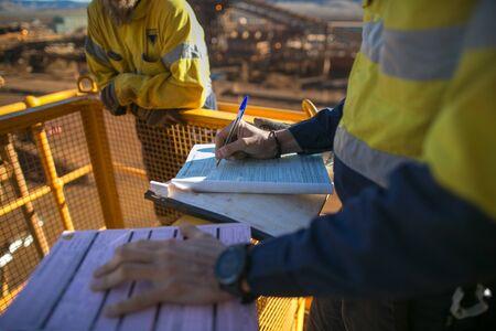 Supervisor minero suspiro de trabajar en altura permiso de trabajo antes de realizar trabajos de alto riesgo en la construcción de una mina, Perth, Australia