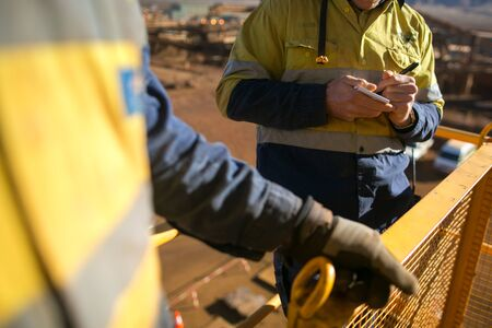 Miner worker conducting personnel risk assessment take five on book let construction mine site Perth, Australia Banque d'images - 132857708