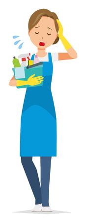 Una donna che indossa un grembiule blu e guanti di gomma ha diversi strumenti per la pulizia. Ed è stanca. Vettoriali