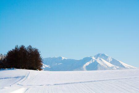 Invierno cielo azul y montañas nevadas