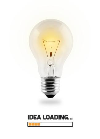 la foto realistica della lampadina accende con caricamento di idea del testo isolato su fondo bianco.