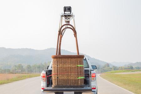 Auto rijden met de hete luchtballonmand bereiden zich voor om de ballon op te vlammen Stockfoto
