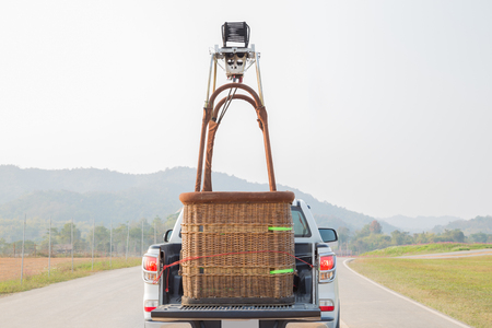 Car ride with the hot air balloon basket prepare to fire up the balloon Standard-Bild