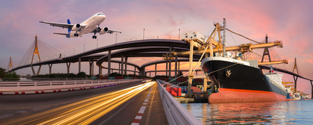 파노라마 전송 및 물류 가져 오기 내보내기 배경에 대 한 보트 비행기로 물류 개념