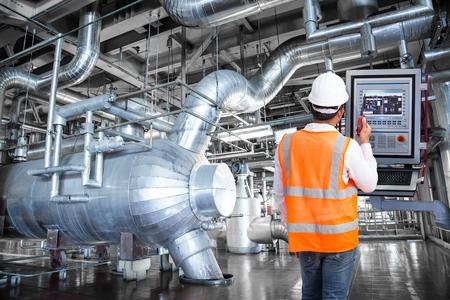 火力発電所の工場にモニター コントロールを見てメンテナンス エンジニア