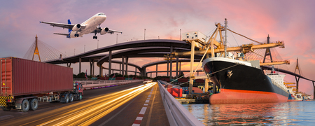 Panorama de transporte y concepto logístico por avión de barco de camión para logística Importar fondo de exportación Foto de archivo - 74713103