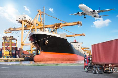 컨테이너 크레인 작업 크레인과화물 우주선 포트와 트럭에로드 다리 물류 가져 오기 내보내기 개념에 대 한 전송화물화물 비행기와 전송 컨테이너 스톡 콘텐츠
