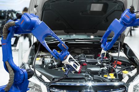 業界 4.0 コンセプト スマート工場で自動化されたロボティック スキャン自動車部品エンジン
