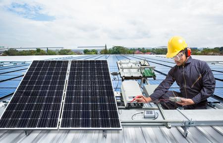 공장 지붕에 엔지니어 유지 보수 태양 광 패널 장비