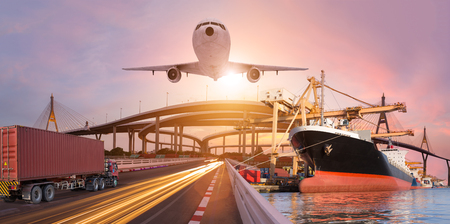 Concept de transport et de logistique de panorama par avion de bateau de camion pour le fond d'exportation d'import logistique