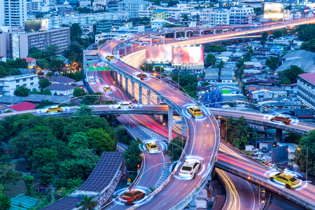 Automóviles inteligentes con sensor automático que conducen en metrópolis con conexión inalámbrica Foto de archivo