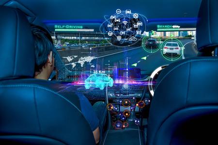 Autonomes Auto mit Passagieren, intelligentes Autokonzept der Zukunftstechnologie Standard-Bild