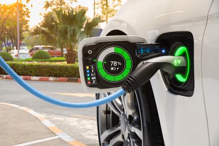 Cambio de vehículo eléctrico en el estacionamiento en la calle con interfaz gráfica de usuario, concepto de automóvil Future EV