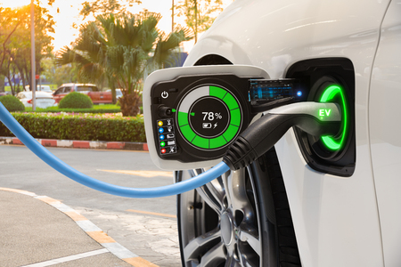 Zmiana pojazdu elektrycznego na parkingu ulicznym z graficznym interfejsem użytkownika, koncepcja samochodu Future EV