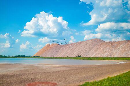 Terrikon lub terrikonik - składowisko, sztuczny nasyp ze skały płonnej, wydobywanej podczas podziemnej eksploatacji złóż węgla i innych kopalin, nasyp z odpadów z różnych gałęzi przemysłu i spalania paliw stałych Zdjęcie Seryjne