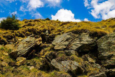 Vista de los acantilados o parte de las montañas con cielo azul, fondo