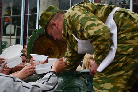 PYATIGORSK, Rusia - 09 de mayo de 2011: militar distribuye alimentos de personas que padecen hambre Foto de archivo - 71950728