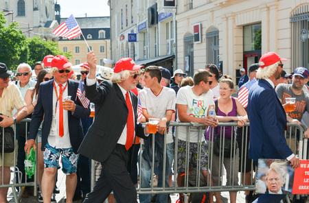 le cap: LE MANS, FRANCIA - 16 DE JUNIO DE 2017: Hombres en el desfile de pilotos en Le Mans con la cerveza disfrazada como Donald Trump