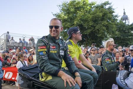 le cap: LE MANS, FRANCIA - 16 DE JUNIO DE 2017: Equipo de competición de Nicki Thiim Richie Stanaway Marco Sorensen Aston Martin. Desfile de pilotos de carreras 24 horas en Le Mans, Francia
