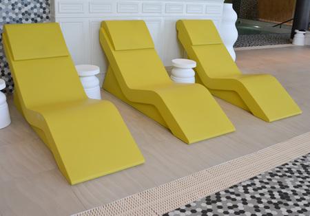 ligne de trois chaise jaune longue dans la piscine Banque d'images