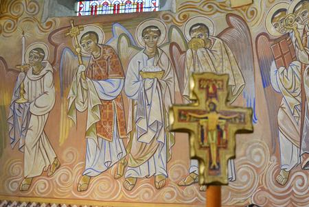 Le Mans, France - 17 septembre 2017: Église Saint-Lazare à Le Mans France avec fresques peintes à l'intérieur de l'artiste Nikolay Greshniy Banque d'images - 93183251