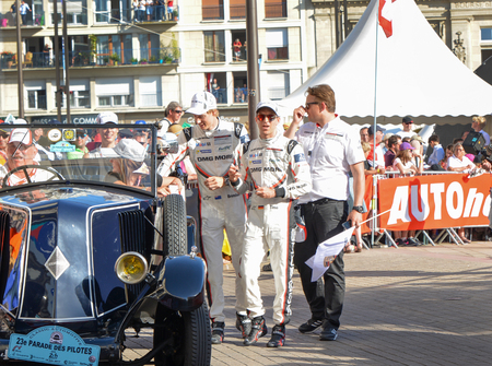 Le Mans, Frankrijk - 16 juni 2017: Brendon Hartley en Timo Bernhard team van Porsche Lmp 919 Hybrid tijdens Parade van piloten racen