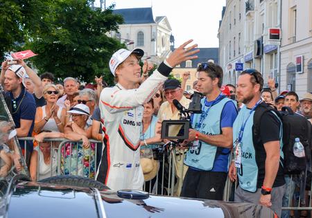 Le Mans, Frankrijk - 16 juni 2017: Brendon Hartley-bestuurder van team van Porsche Lmp 919 Hybrid tijdens Parade van piloten racen Redactioneel