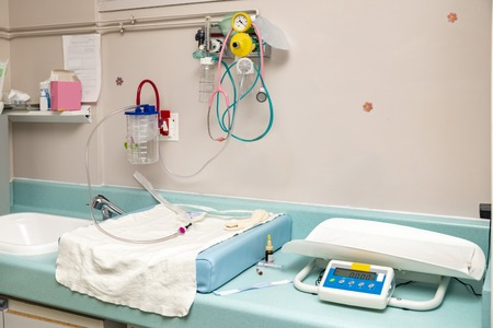 Place for resuscitation and examination of a newborn baby in the hospital Childbirth. Stockfoto