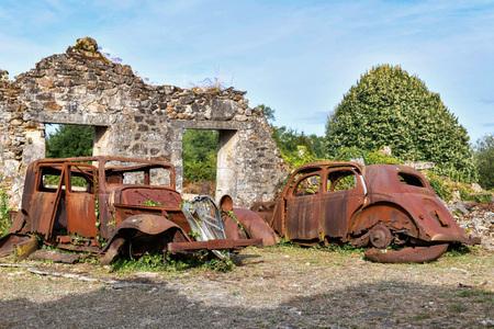 Destroyed cars during World War 2 in the city Oradour sur Glane France 版權商用圖片