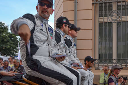 LE MANS, FRANCE - JUNE 13, 2014: Patrick Dempsey and his team on a parade of pilots racing in Le Mans, France. 新聞圖片