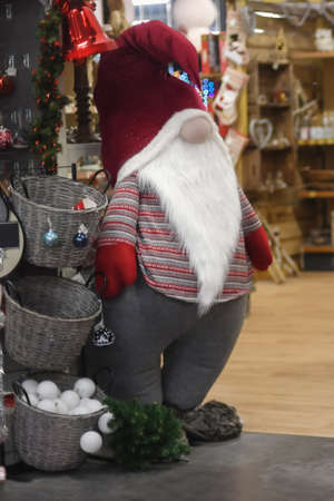 Santa Claus in a store with toys and decorations Foto de archivo