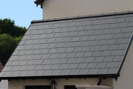 Slate roofing tiles on UK roof Stockfoto