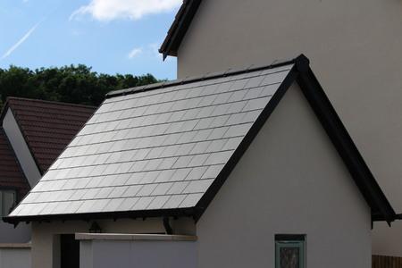 Slate dakpannen op Britse dak Stockfoto