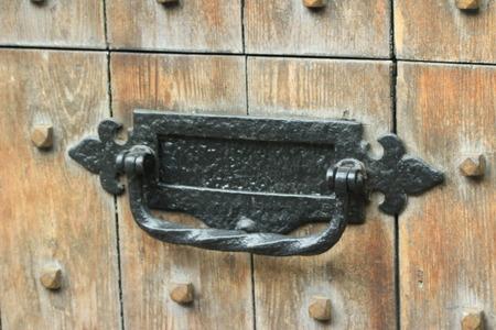 ferreteria: buzón de hierro fundido en la puerta de madera vieja Foto de archivo