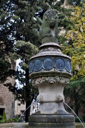 piacenza: peque�a fuente en Castell'Arquato cerca de Piacenza