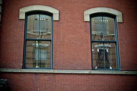 맨해튼에있는 궁전의 외관에 두 개의 창문