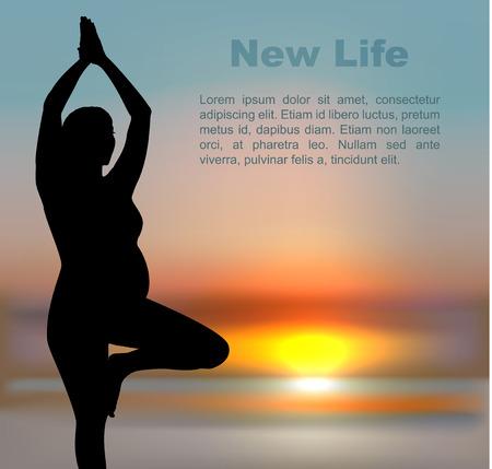 Mujer embarazada en la posición de yoga en el fondo del sol