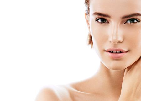 Beauty Woman portret twarzy. Piękny model dziewczyna z doskonałej Fresh Clean kolor skóry warg purpury. Brunetki krótkie włosy Młodzieży i Skin Care Concept. Pojedynczo na białym tle