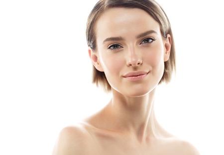 아름다움 여자 얼굴 초상화입니다. 아름 다운 모델 소녀 완벽 한 신선한 깨끗 한 피부 색 입술 보라색 빨간색. 금발 갈색 머리 짧은 머리 청소년 스킨 케어 개념. 흰 배경에 고립 스톡 콘텐츠 - 63467974
