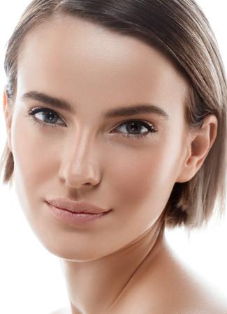 美容女性の顔の肖像画。完璧な新鮮なきれいな肌赤紫の唇と美しいモデルの女の子。金髪ブルネット ショートヘア青少年と肌ケア概念。白い背景に 写真素材