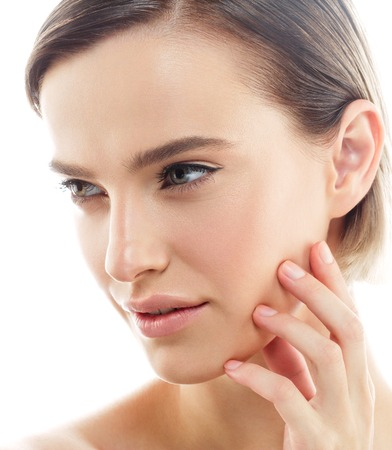 Schönheit Frauengesicht Portrait. Schöne Modell Mädchen mit Perfect Fresh Clean Skin Farbe Lippen lila rot. Blonde Brunette kurze Haare Jugend und Hautpflege-Konzept. Isoliert auf einem weißen Hintergrund