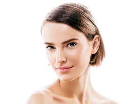 아름다움 여자 얼굴 초상화입니다. 아름 다운 모델 소녀 완벽 한 신선한 깨끗 한 피부 색 입술 보라색 빨간색. 금발 갈색 머리 짧은 머리 청소년 스킨