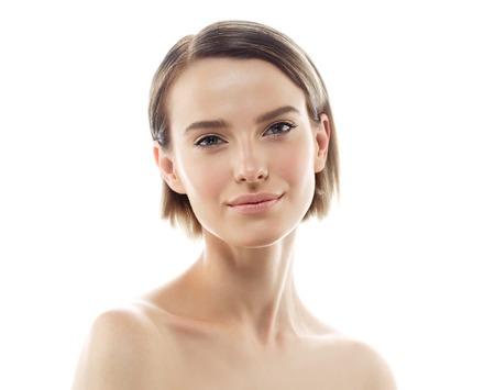 아름다움 여자 얼굴 초상화입니다. 아름 다운 모델 소녀 완벽 한 신선한 깨끗 한 피부 색 입술 보라색 빨간색. 금발 갈색 머리 짧은 머리 청소년 스킨 케어 개념. 흰 배경에 고립 스톡 콘텐츠 - 63468402